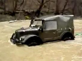 Brod�c� videoseri�l (7.d�l): GAZ 69 zachra�uje Toyotu Land Cruiser
