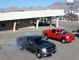 Demolice budovy s pick-upy Chevrolet (video)