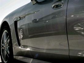 Video: Infiniti M Hybrid si troufá na Porsche Panamera. Nebo opačně?