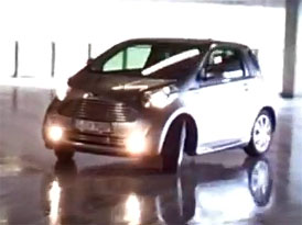 Video: Aston Martin Cygnet � Driftov�n� v parkovac�m dom�