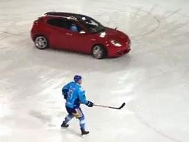 Alfa Romeo Giulietta hraje hokej (video)
