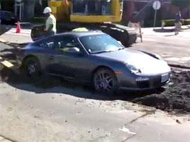 Video: Jak dostat Porsche z mokr�ho betonu