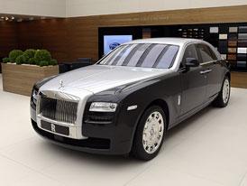 Rolls-Royce se v �enev� pochlubil i dvoubarevn�m Ghostem