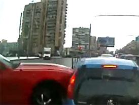 Peugeot 107 ob�t� driftuj�c�ho Fordu Mustang (video)