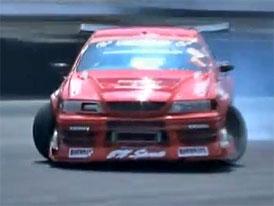 Sedan od Toyoty driftuje s v�skokem (video)