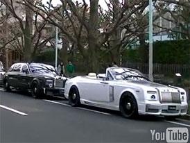 Kolona upravených vozů Rolls-Royce na Dubai Street (video)