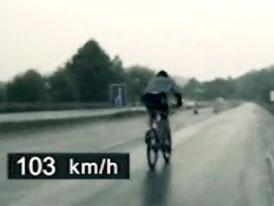 Cyklista prch� p�ed polici�, ��t� se po d�lnici stovkou (video)