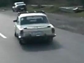 Volha GAZ-24 jede i s prázdnými koly (video)