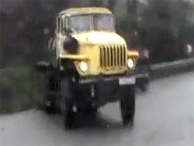 Ural ve smyku a řidič, který se podruhé narodil (video)
