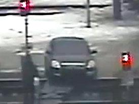 Nissan Teana jako oběť hlouposti vlastního řidiče (video)