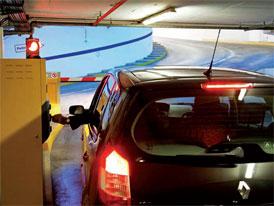 Svět za závorou: Platí na parkovištích dopravní předpisy?