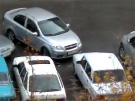 Lada vs. Aveo: Duel na parkovišti (video)
