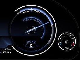 BMW řady 5 2013 s multifunkčním přístrojovým panelem a dalšími novinkami