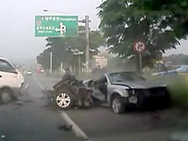 Video: Hyundai Sonata se p�i nehod� rozlom� nap�l