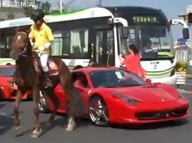 Video: Ferrari 458 vs. vzpínající se kůň