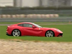 Video: Ferrari F12berlinetta driftuje na okruhu