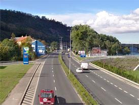 Praha zpomaluje: Plošné třicítky a další omezení rychlosti na výpadovkách