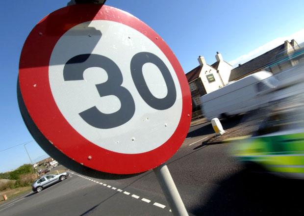 Policie chce odstranit tisíce dopravních značek, jsou zbytečné
