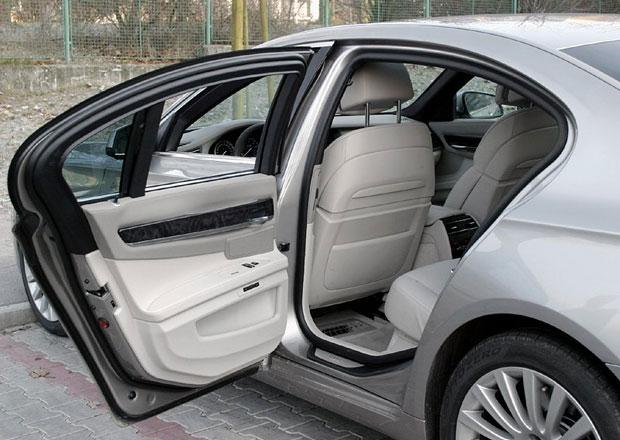 BMW 7: Automatické dovírání může za jízdy omylem otevřít dveře