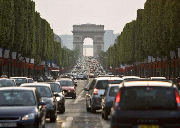 Paříž zakáže auta vyrobená před rokem 1997, kvůli smogu