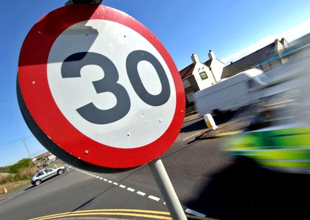 Začneme v obcích jezdit 30 km/h? Šílený návrh se týká i českých silnic