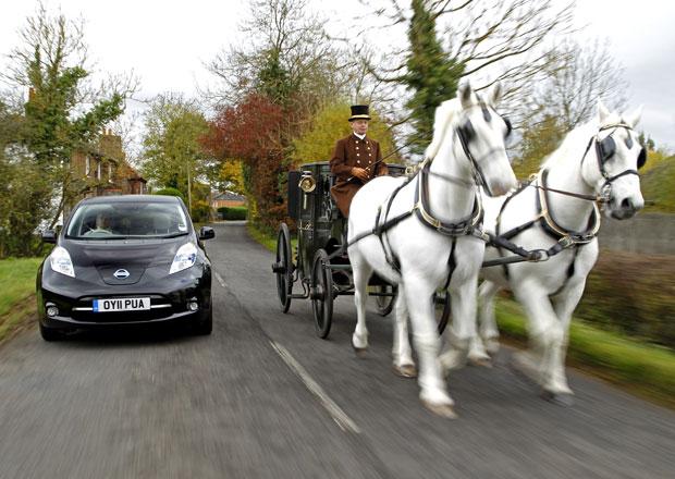 Elektromobil vs. koňský povoz: Kdo je rychlejší?