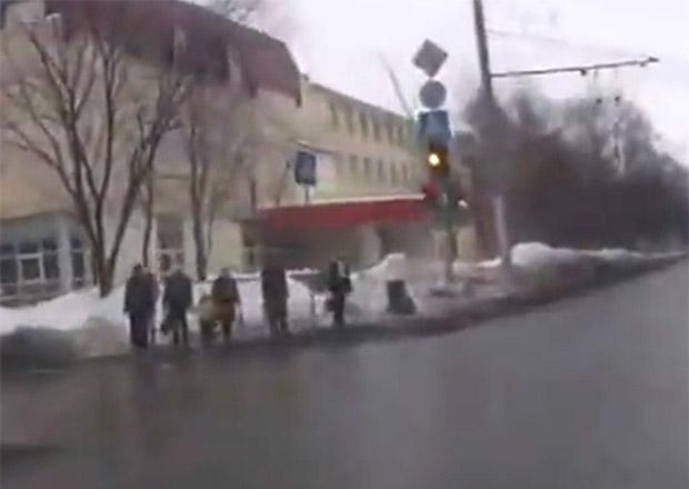 Video: Kluzká vozovka a chodci se štěstím