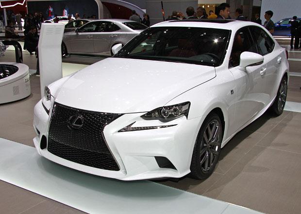 První statické dojmy: Lexus IS vsadil na organický design a hybridní pohon (+ video)