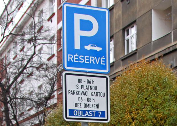 Majitelé motocyklů nebudou muset v Praze platit za parkování v modré zóně
