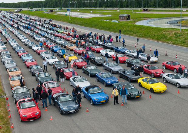 Mazda MX-5: Světový rekord padl, had tvořilo 683 aut