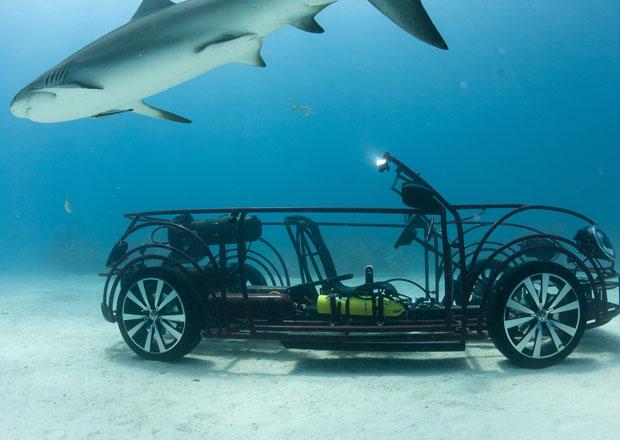 VW Beetle jako klec proti žralokům