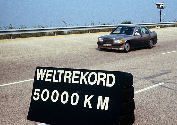 Mercedes-Benz 190 E zajel p�ed 30 lety rekord na 50 tis�c kilometr�