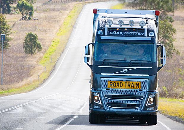 Volvo FH16 jako silniční vlak v Austrálii (Video)