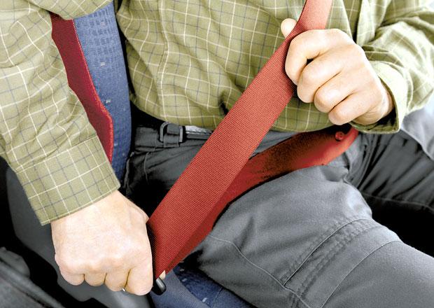 Má řidič povinnost zajistit, aby se spolujezdec připoutal?