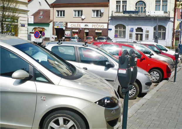 Nový parkovací systém v Benešově vydělává miliony