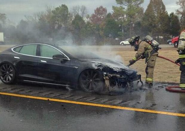 Automobily Tesla trápí požáry, akcie firmy opět klesají