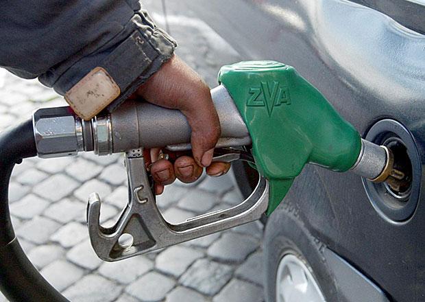 Ceny pohonných hmot dále klesají, tendence už ale dlouho nevydrží
