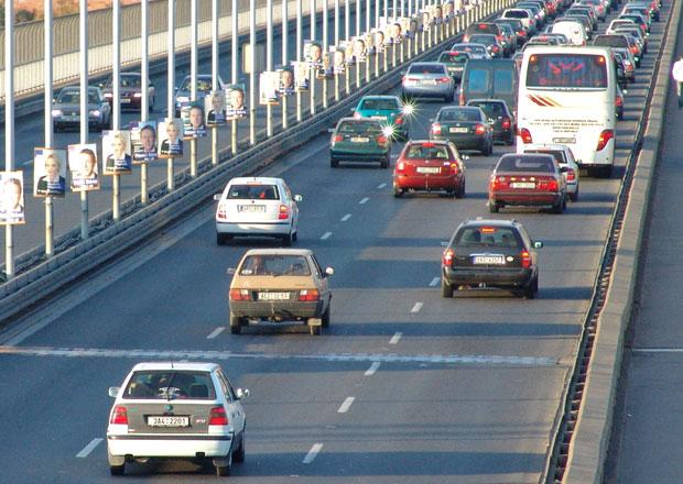 Praha si ud�l� dopravn� pr�zkum, vyfot� a nato�� zna�ky v�ech aut