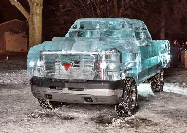 Pick-up z ledu s technikou Chevroletu Silverado (3x video)