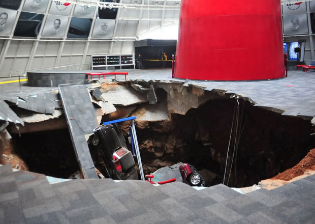 V National Corvette Museum se propadlo osm aut pod zem (4x video)