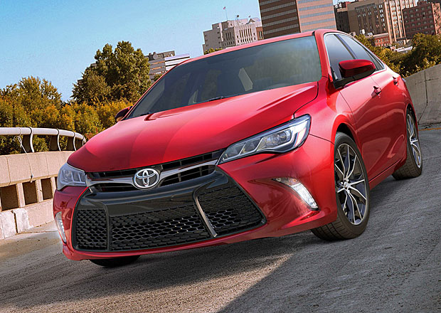 Toyota Camry 2015: Nejprod�van�j�� auto v USA pro�lo v�razn�m faceliftem