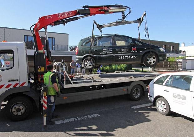 Poslanci se bouří proti odtahům svých vozů, chtějí změnit zákon