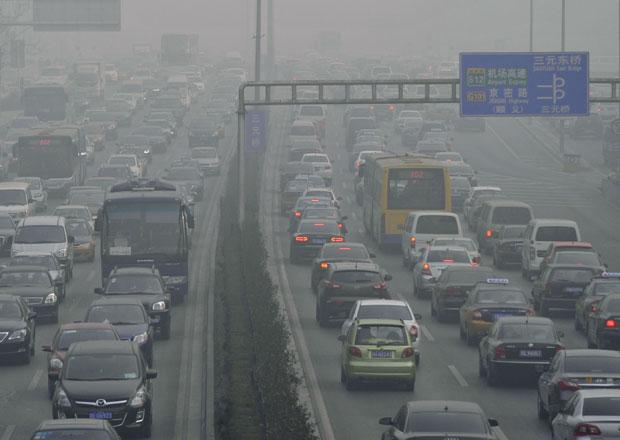 Čína bojuje proti smogu, do šrotu pošle miliony aut