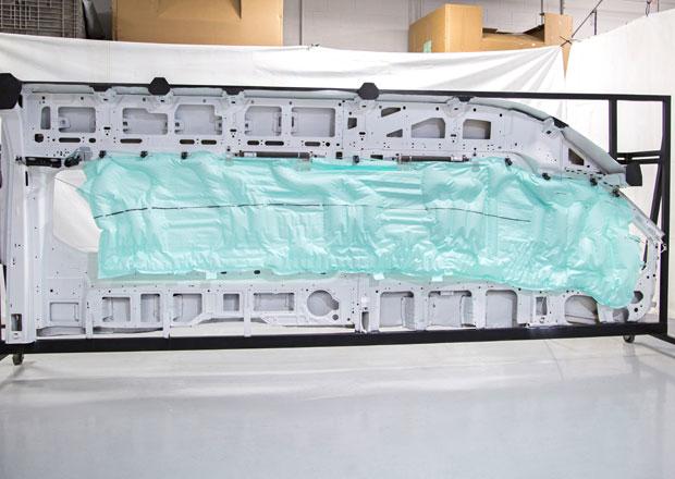 Ford Transit má jako první hlavový airbag pro pět řad (+video)