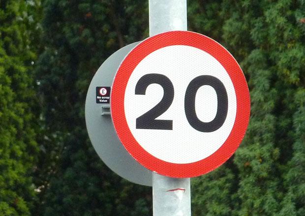 V Británii výrazně roste počet nehod na silnicích s limitem 32 km/h