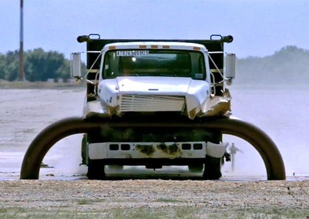 Brutálně účinná bariéra pro nákladní vozidla (+video)