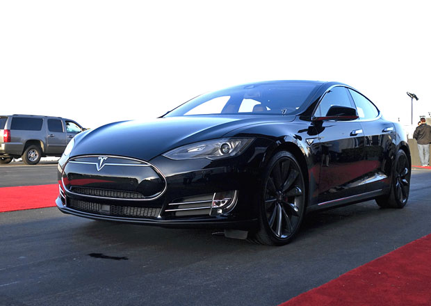 Tesla Model S P85D: Elektromobil s v�konem 515 kW a pohonem v�ech kol