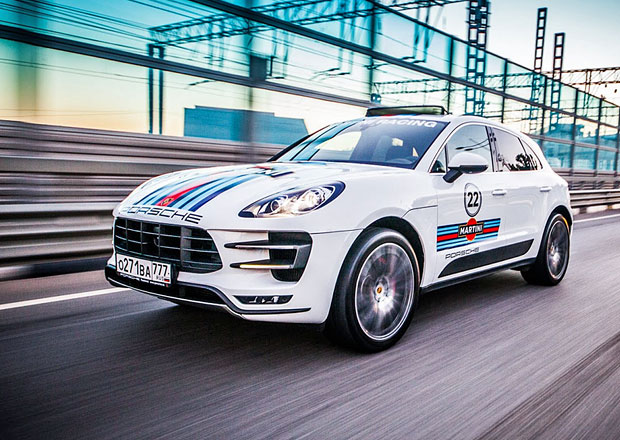 Novým Porsche barvy Martini Racing sluší