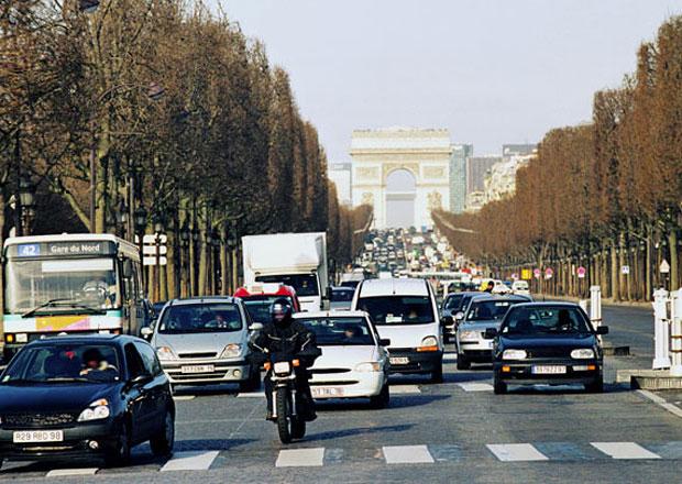 Pařížská starostka chce do šesti let z centra vykázat většinu aut