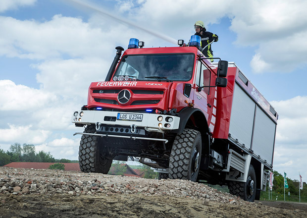Mercedes-Benz Unimog zvládne oheň i povodeň